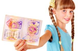 Не знаете, нужно ли вписывать детей в свой загранпаспорт или оформлять отдельный документ? Мы расскажем что лучше!